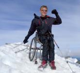 Aron Andersson tar rullstolen med sig till toppen